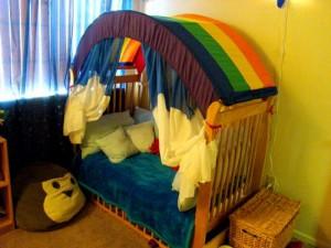 Come realizzare un baldacchino-arcobaleno per il letto del vostro bambino: tutorial