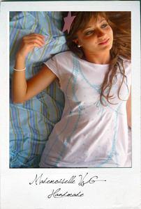 Tshirt handmade  modellata a mano  disegno fatto a mano  colore bianco  disegno colore azzurro  100% cotone  taglia M/L