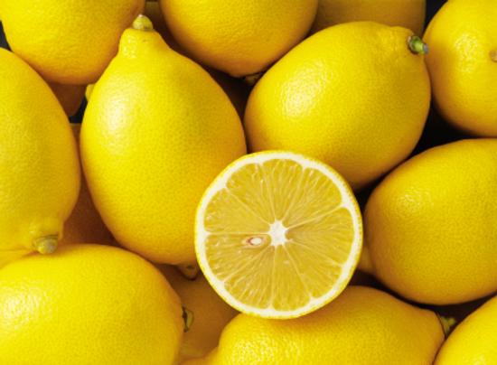 Come pulire in modo naturale con il limone: trucchi e consigli