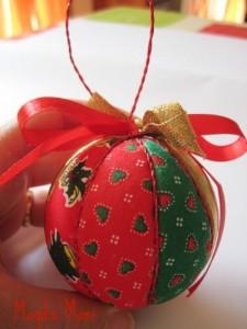 Come rivestire una pallina di polistirolo per l'albero di Natale: tutorial fotografico in italiano