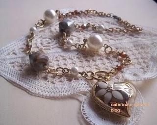 La foto del giorno: la collana e i merletti di Caterina