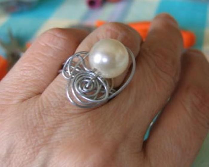 Come realizzare un anello con filo metallico e perle:progetto fotografico di Giulia