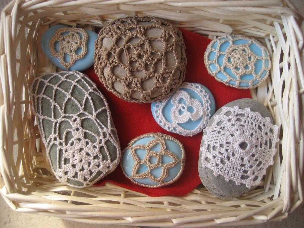 La foto del giorno: i sassi decorati all'uncinetto di Barbara