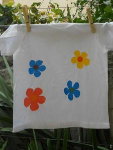 Come applicare fiori di plastica sulle magliette: tutorial fotografico