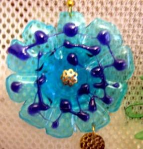 Come realizzare degli addobbi per l'albero di Natale in plastica riciclata: tutorial