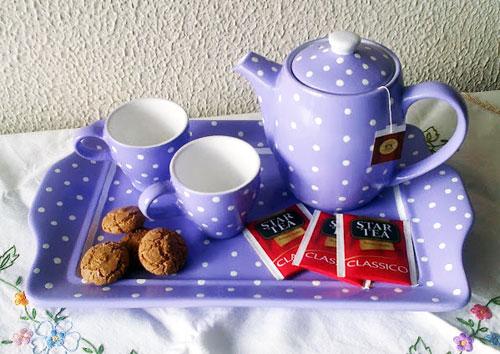 Come decorare un set da tè in ceramica in bianca