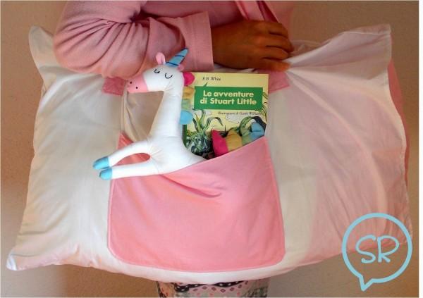 La foto del giorno: il cuscino con pupazzo e libro di Sara