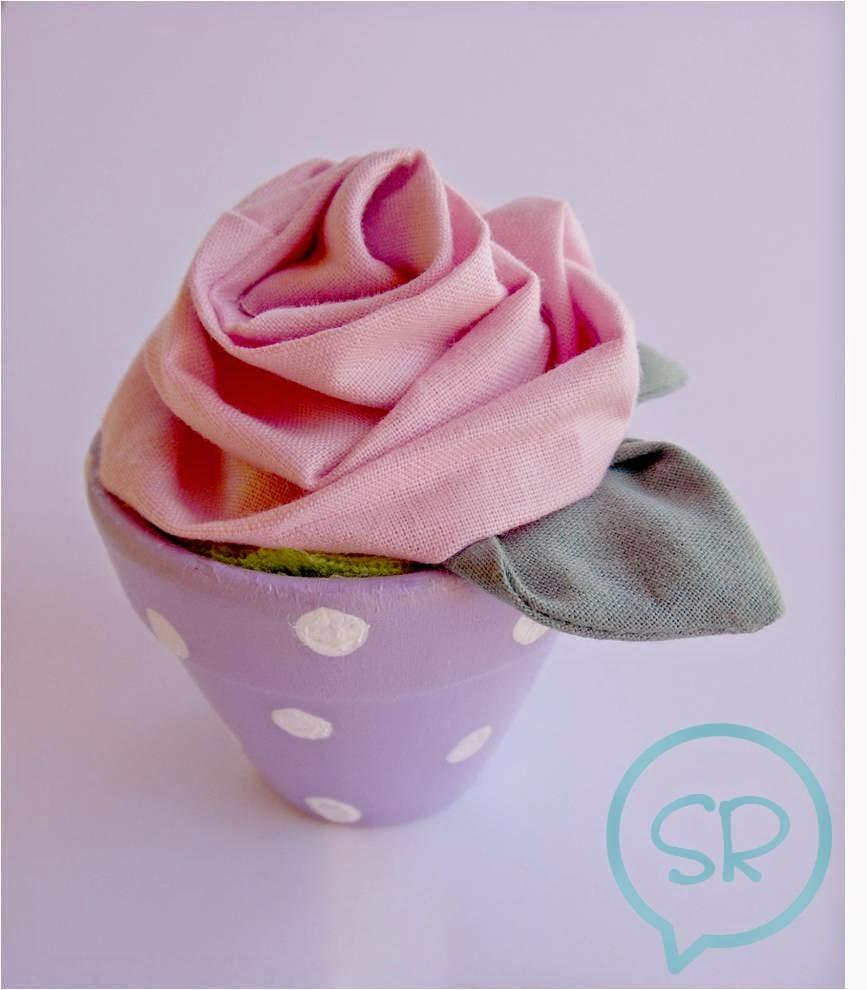 vasetto con rosa di stoffa