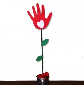mano-fiore-650x659