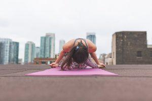 Esercizi di Yoga da praticare comodamente a casa: ecco come fare