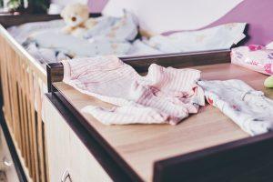 Completini da neonata: quali acquistare e come sceglierli