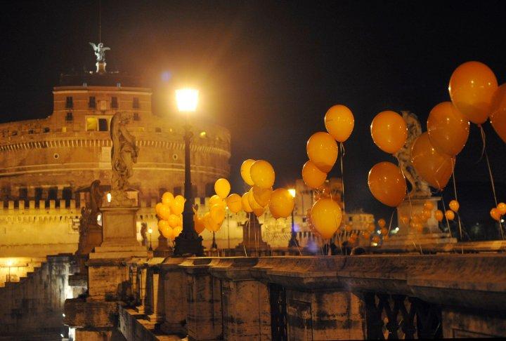 Easy jet ha colorato le vie e il cielo di Roma di arancione:le immagini