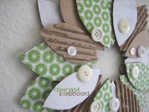 Ghirlanda-fuoriporta di cartone riciclato