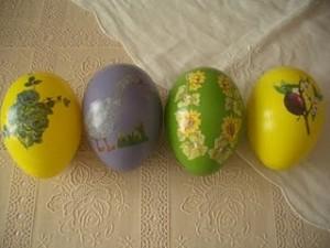 Uova di Pasqua realizzate con la tecnica del decoupage