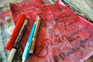 Scarabocchia con delle penne e matite il giornale dipinto