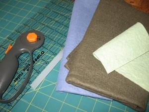 Avete bisogno di : colla a caldo, righello, cerchietto semplice e panno colorato