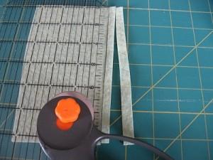 Tagliate striscioline di feltro di varie lunghezze