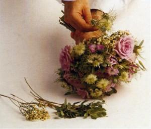 Togliere le foglie dai gambi dei fiori, radunare in piccoli mazzi i fiori più piccoli e le foglie