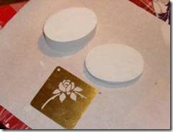 Prendere lo stencil, metterlo in posizione sull'oggetto e fissarlo con il nastro di carta adesivo