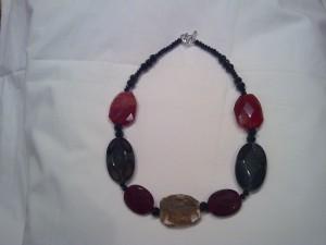 collana di media lunghezza realizzata in quarzo screziato,agata,corniola sfaccettata,cristallo nero e chiusura ad anello in metallo(55 euro)