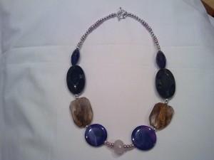 collana di media lunghezza realizzata in quarzo screziato,quarzo rosa,agata,baguette in vetro,palline in metallo rodiato e chiusura ad anello in metallo(55 euro)