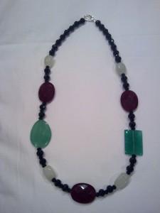 collana lunga realizzata in agata verde e bordò,vetro,cristallo nero e chiusura a moschettone in metallo(50 euro)