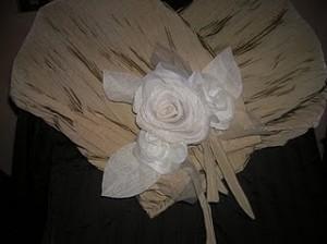 stola beige,rose bianche